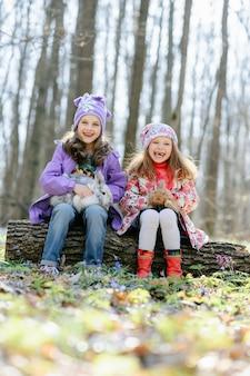 Petites filles dans la forêt