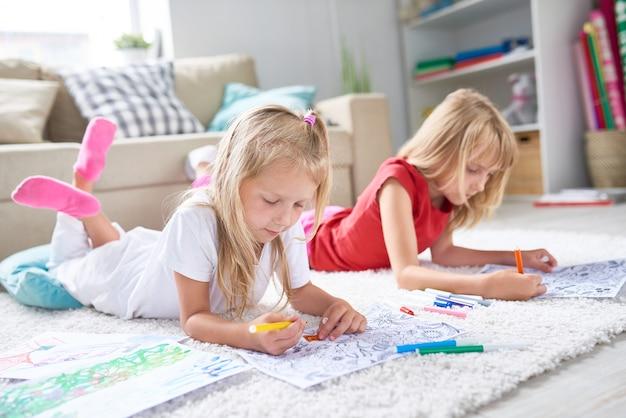 Petites filles dessinant au sol