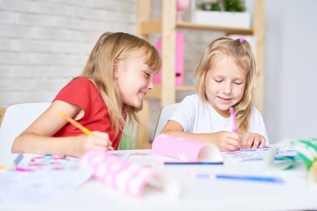 Petites filles dessinant ensemble