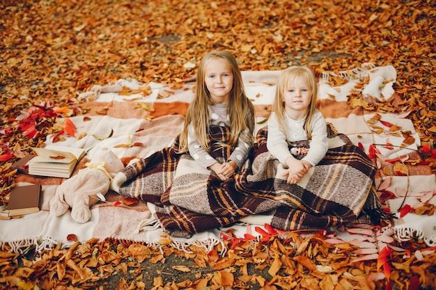 Petites filles mignonnes dans un parc en automne