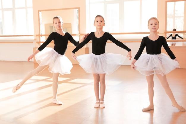 Petites filles mignonnes s'entraînant dans un studio de danse