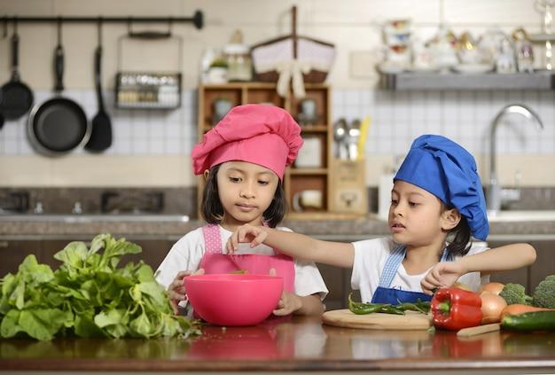 Petites filles préparant des aliments sains