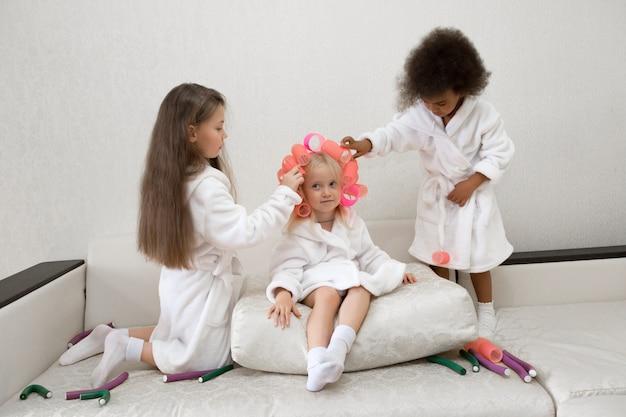 Petites filles tournoient des bigoudis.