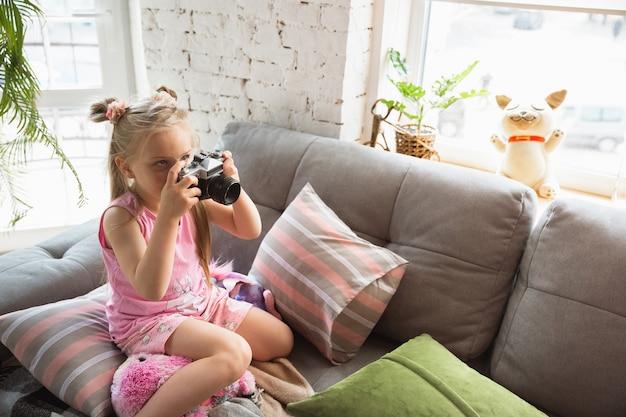 Petites filles tranquilles se réveillant dans une chambre en pyjama mignon, style maison et confort