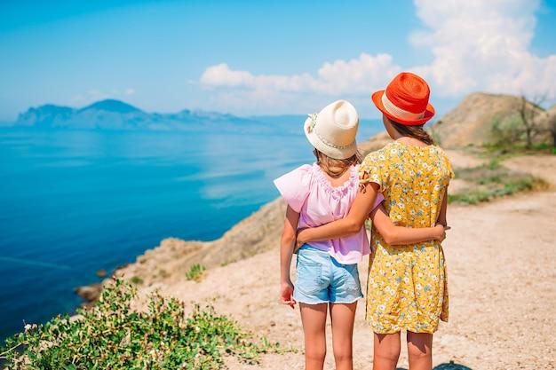 Petites filles en vacances d'été avec vue sur beau paysage