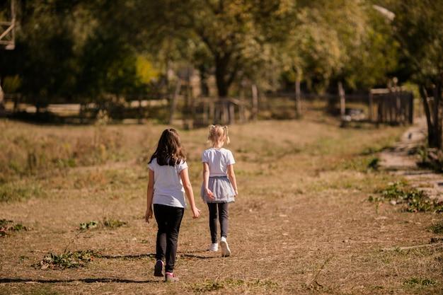 Petites filles sur la vieille ferme