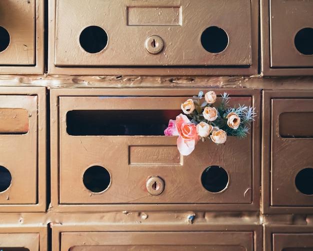 Petites fleurs décoratives dans la boîte aux lettres
