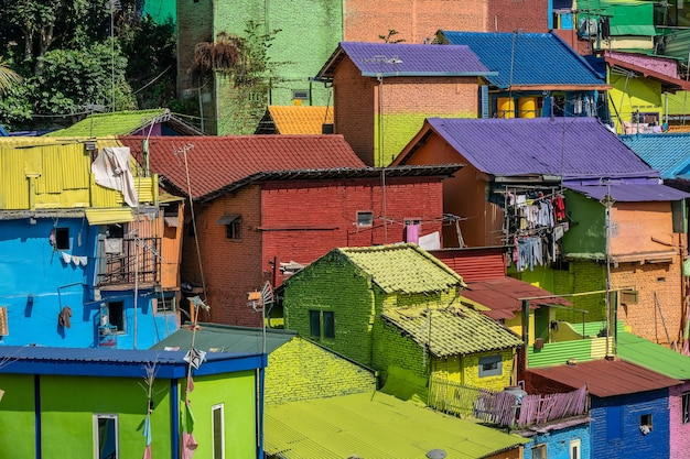 Petites maisons colorées avec des vêtements pendus à l'extérieur dans un quartier de banlieue
