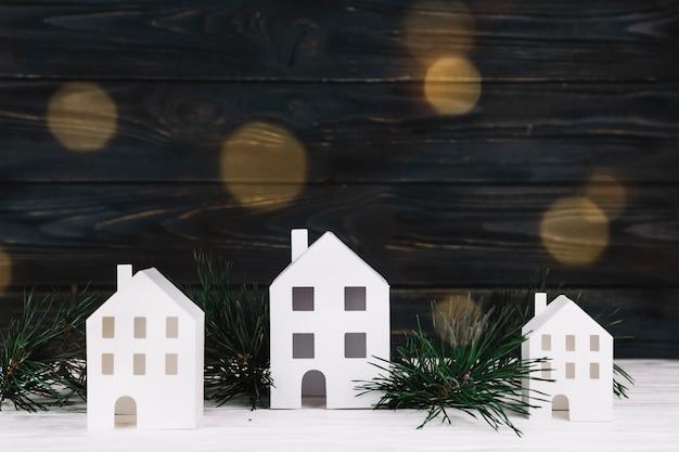 Petites maisons décoratives près de brindilles