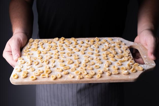 Petites pâtes sur planche à découper