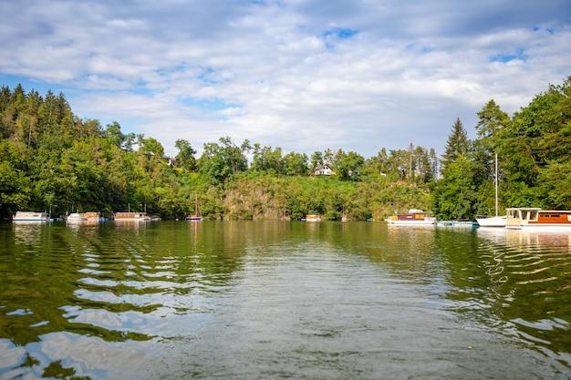 Petites péniches sur le lac slapy bohême république tchèque europe
