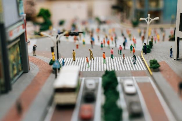 Les petites personnes ou les petites personnes marchent dans de nombreuses rues.
