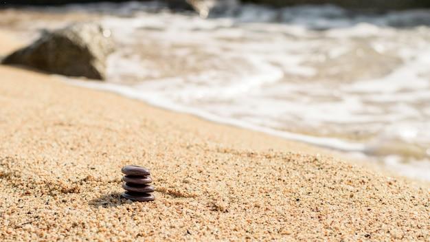 De petites pierres naturelles s'entassent sur le sable