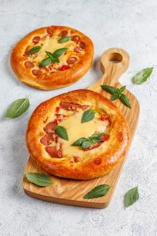 Petites pizzas maison fraîches au basilic.