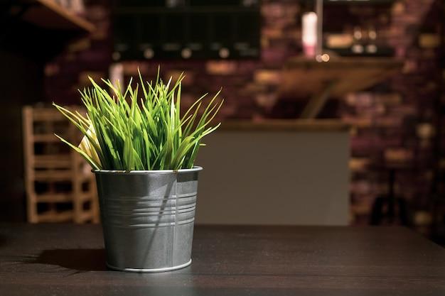 Petites plantes vertes artificielles en décoration de vase de fleur en métal zinc dans le salon