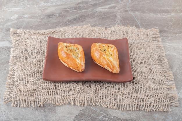 Petites portions de pide servies sur un plateau sur une surface en marbre