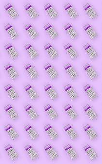 Petites râpes en acier inoxydable reposant sur un papier de couleur pastel