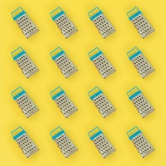 Petites râpes en acier inoxydable se trouve sur jaune