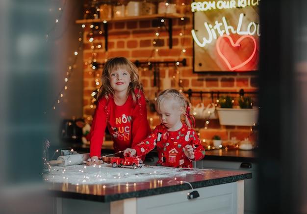 Petites sœurs faisant des biscuits de noël