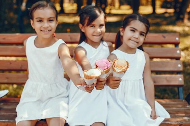 Petites soeurs mignonnes dans un parc d'été