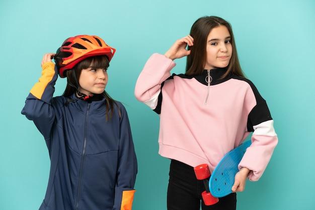Petites sœurs pratiquant le cyclisme et patineur isolé sur fond bleu ayant des doutes en se grattant la tête