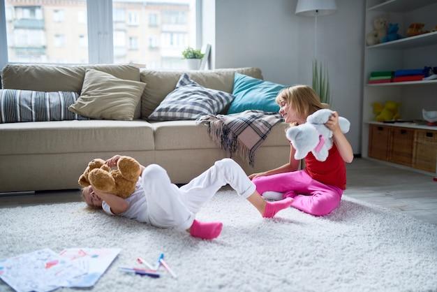 Petites sœurs s'amusant à la maison