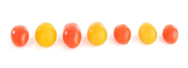 Petites tomates à grignoter sur fond blanc