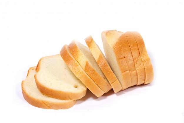 Petites tranches de pain tranché isolé sur fond blanc