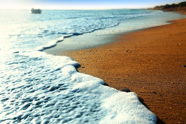 Petites vagues sur la plage