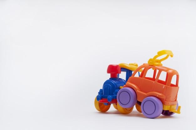 Des petites voitures colorées sont entrées en collision dans un accident. crash sur une route de jouets