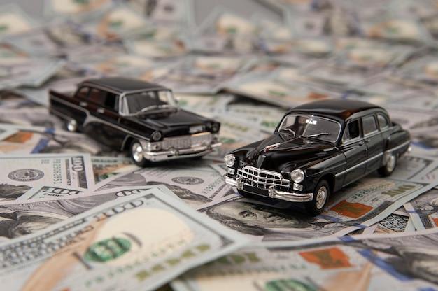 Petites voitures sur le fond des billets d'un dollar