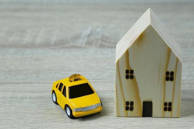 Petites voitures et maisons en bois.