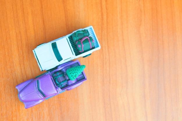 Petites voitures de ramassage sur la vue de dessus de table avec espace de copie de modèles de jouets de voiture avec valises et chri ...
