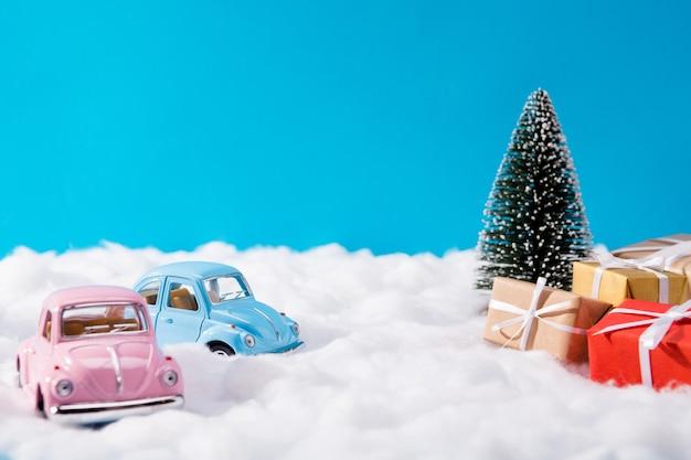 Petites voitures roses et bleues et cadeaux de noël