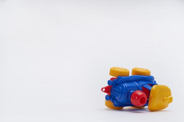 Les petites voitures sont entrées en collision dans un accident. crash sur une route de jouets