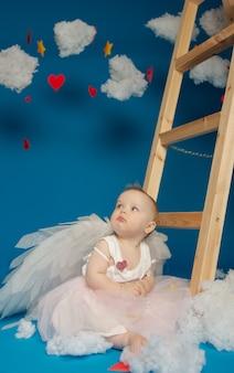 Petits anges de jolie fille sur fond bleu pour la saint-valentin
