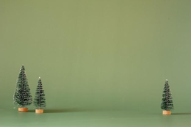 Petits arbres de noël sur fond vert. minimalisme de noël et nouvel an