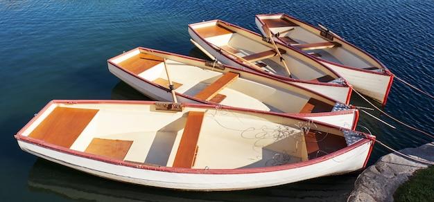 Petits bateaux dans le port