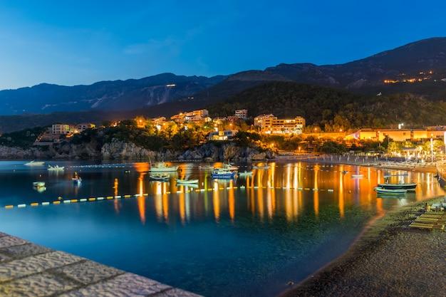 De petits bateaux de pêche ont amarré le village pittoresque de la côte adriatique.