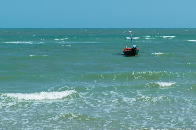 Petits bateaux de pêche se garent dans la mer