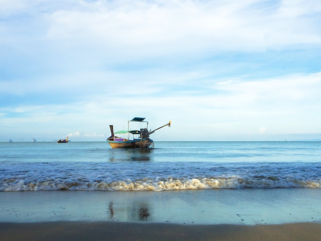 Petits bateaux de pêche en thaïlande