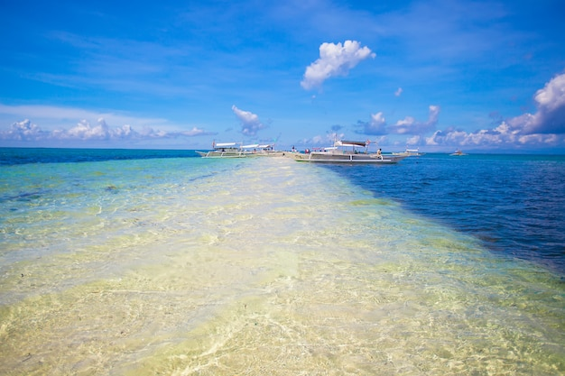 Petits bateaux sur la plage tropicale blanche