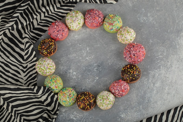 Petits beignets colorés au chocolat sucré avec des pépites.