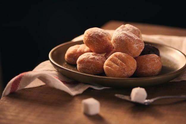 Petits beignets avec mise au point sélective de sucre en poudre