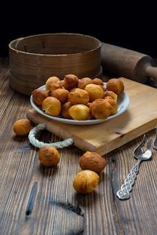 Petits beignets ronds sur table en bois