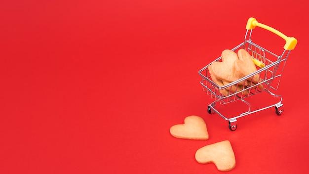 Petits biscuits de coeur dans un panier d'épicerie