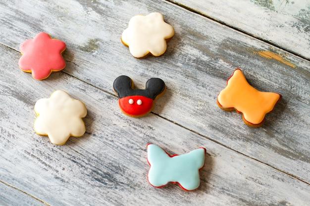 Petits biscuits avec glaçage. biscuits en forme de fleurs. pâtisserie pour les enfants. recette du bonheur.
