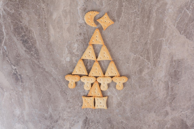 Petits biscuits savoureux sur table en marbre