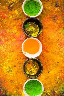Petits bols avec des poudres colorées