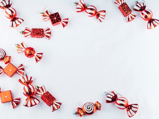Petits bonbons jouets sur une table blanche